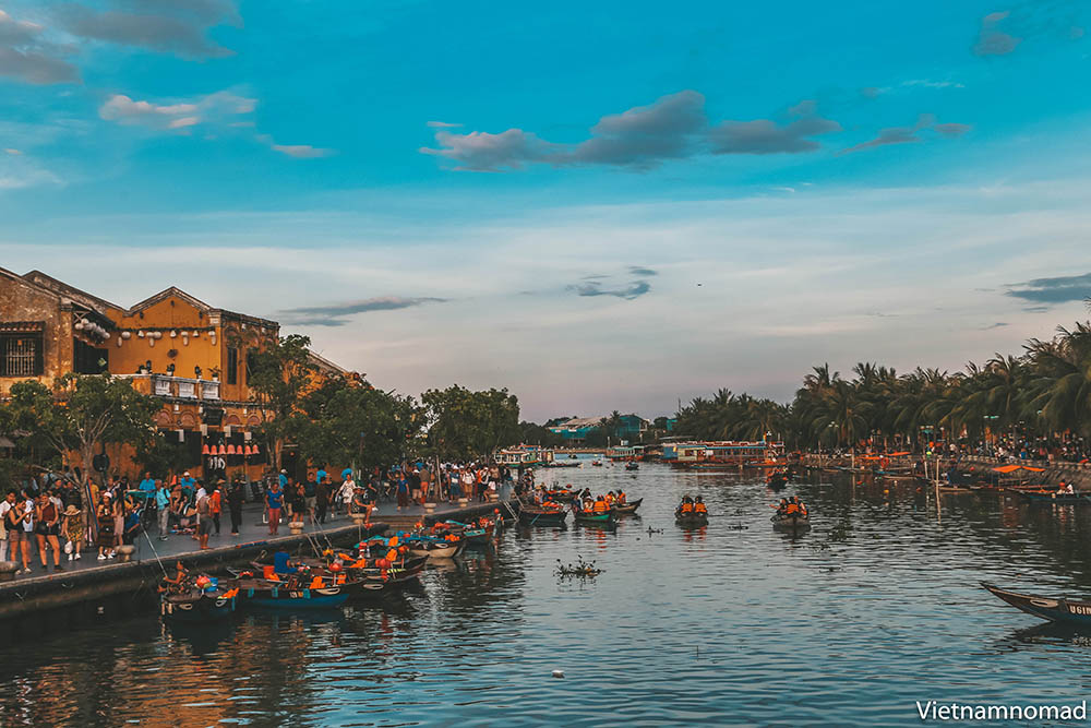 Take a rowing boat on Hoai river is an interesting activity when coming to Hoi An