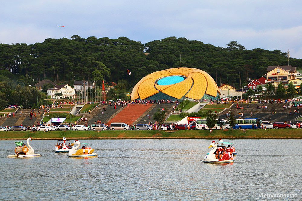 Top 12 must-visit attractions in Dalat - Xuan Huong Lake